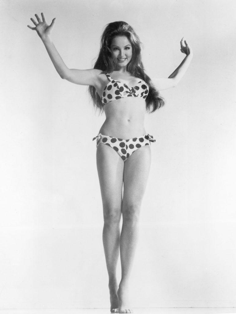 Julie Newmar, uma atriz norte-americana a posar com um biquíni às bolas, em 1960.
