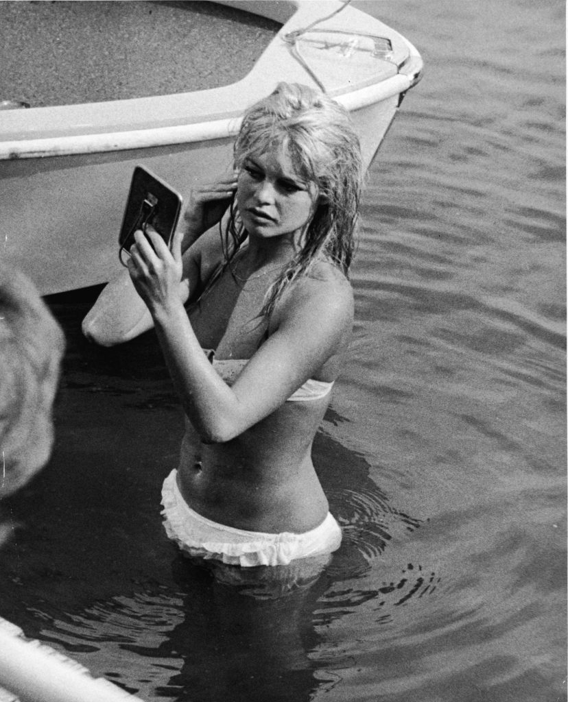 Brigitte Bardot de biquíni branco no Lago Leman (em Genebra, na Suíça) em 1961.