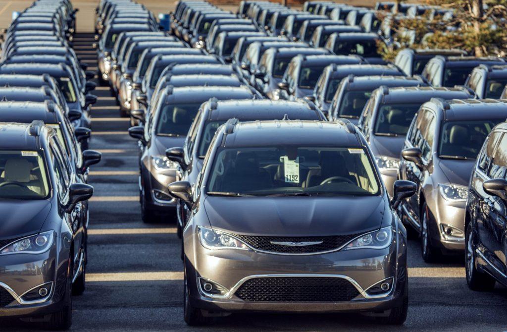 Uma centena de monovolumes Chrysler Pacifica estão a testar o sistema de condução sem condutor nos EUA