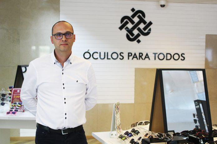 """0b41f43bf105a Alexandre Lopes, desde que se lembra, usa óculos e sabia perfeitamente o  quão dispendioso era cuidar da sua saúde visual. """"Os preços dos óculos são  ..."""